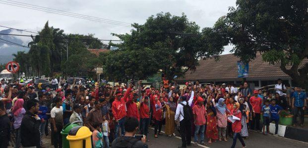 Ratusan Warga Pasireurih Tuntut DPMPD Pandeglang Gelar Pilkades Ulang