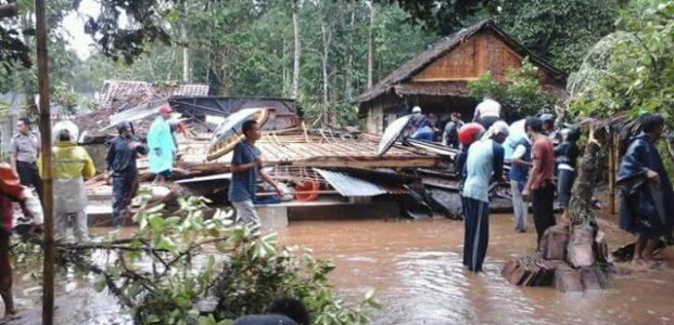 Di Pandeglang Angin Puting Beliung Terjang Dua Kecamatan, Satu Gudang Sembako Hancur