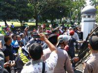 Pasca OTT Di Disdukcapil Pandeglang, Ratusan Massa Desak Irna Turun