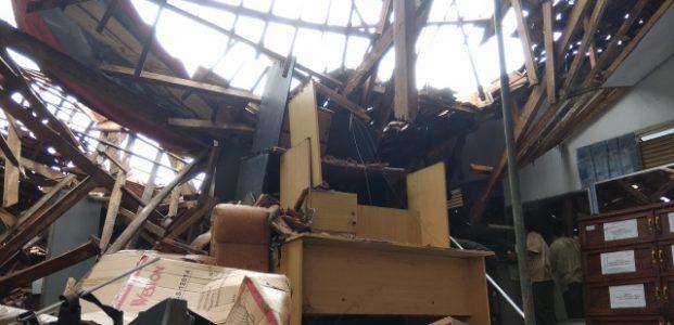 Gedung Kesbangpol Pandeglang Ambruk, Satu Keluarga Hampir Jadi Korban