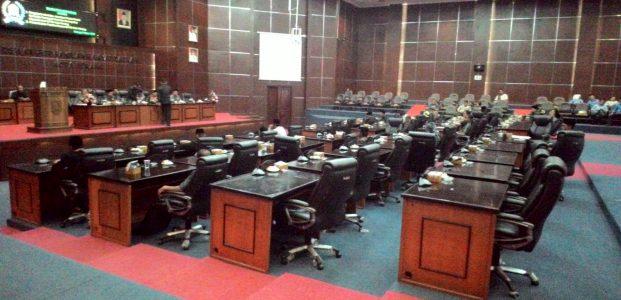 Paripurna Sepi dan Molor Waktu 2,5 Jam, Anggota DPRD Kota Serang Sibuk Sosialasasi Pileg
